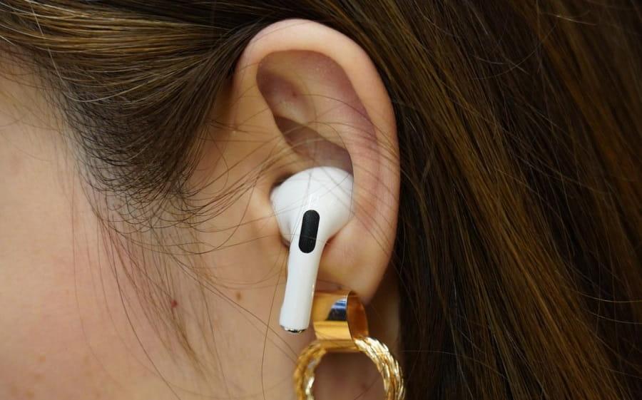 هدفون بي سيم اپل مدل airpods nv در گوش